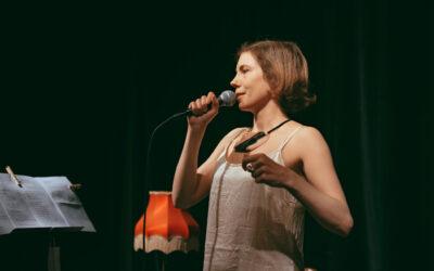 Runoilijat koronan katveessa #3: Lavarunoilija Aika Huusko koki yhteisöllisyyttä etärunoklubeilla