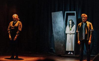 Moni Kangasalan Pikkuteatterin murhatarinan kohteeksi joutuvista on alaikäisiä – arviossa Kohtalona murha