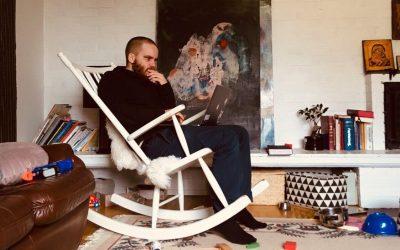 Jälkisarjallisen musiikin painolastista päässyt säveltäjä Henri Sokka ottaa ilon irti kolmisoinnuista