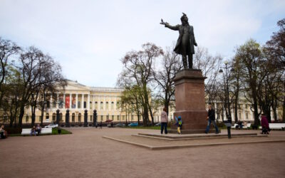 Tuhansien tarinoiden ja nähtävyyksien Pietari – Arvo Tuomisen matkakirja vie keskeisille paikoille Pietarissa