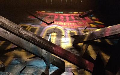 Palaneen totuuden raunioilla: Jani Leinosen installaatiossa noen seasta löytyy häivähdys pyhää valoa
