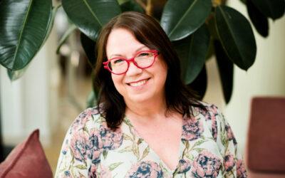 Kääntämisessä tärkeintä on kirjoittajan maailmaan sukeltaminen, sanoo suomentaja Laura Jänisniemi