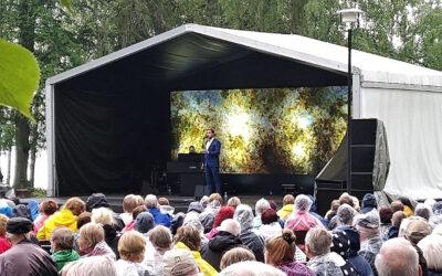 Taivas aukeni puistossa: Waltteri Torikan ikivihreä setti piti yleisön lämpimänä ja kiitollisena Laukon kartanon sadekuuroisessa illassa