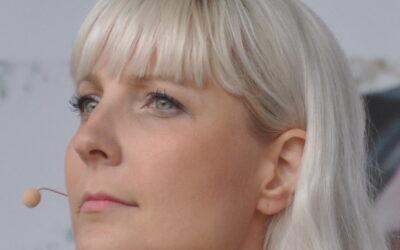 Laura Huhtasaari nousee politiikassa vihasta, pilkasta ja faktoista piittaamatta – arviossa Missä Laura, siellä ongelma