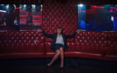 """Feministinen kostaja vaanii huonosti käyttäytyviä """"hyviä tyyppejä"""" elokuvassa Lupaava nuori nainen"""