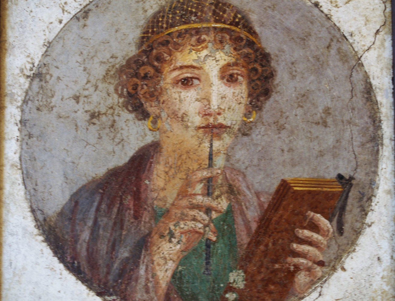 Nainen ja kirjoitusvälineet