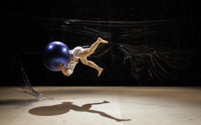 Trampoliinivirtuoosi Rauli Dahlbergin sirkusesitys O'DD saa katsojankin pään pyörälle