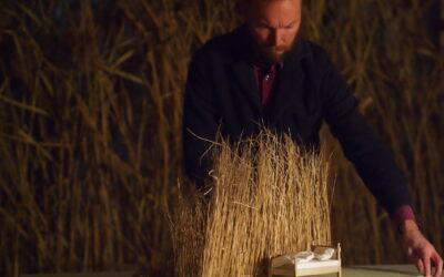 Visuaalista teatteria Edward Hopperin innoittamana – Huoneet meren äärellä Finlaysonilla