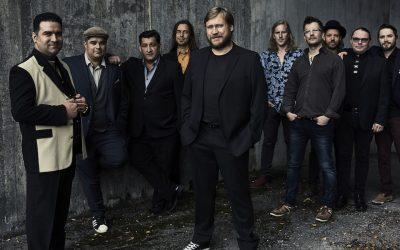 Heimoveljeyttä yli heimorajojen – Orkestra Suora Lähetys -yhtyeen ja Samuli Edelmannin yhteistyö avaa ovia