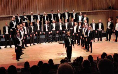 """Ylioppilaskunnan Laulajien Leevit-konsertti oli """"hauska ja koskettava matka suomalaisuuden ytimeen"""""""