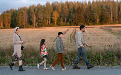 Taidokkaat tuokiokuvat tuovat Ensilumi-elokuvan iranilaisen pakolaisperheen lähelle meitä