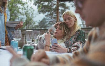 Kotimaisessa Seurapeli-ensi-iltaelokuvassa tiivis ystäväpiiri juhlii omissa liemissään