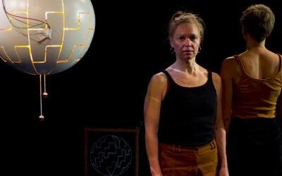 Teatteri 2.0 ja Kun kissakin kuoli aloin nauraa: Jos levoton sielu kaipaa terapiaa, tämä näytelmä tarjoaa aikamatkan mielenrauhaan