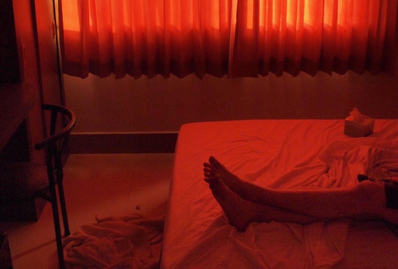 lost boys punainen huone ja jalat kuva joonas neuvonen helsinki filmip4161316