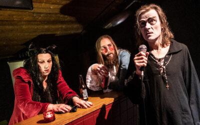 Teatteri Telakan ensi-ilta Satujen disko Full HD lanseeraa juopottelevan yleisön – Gootti Vapaavuori bailaa kohti kuolemaa